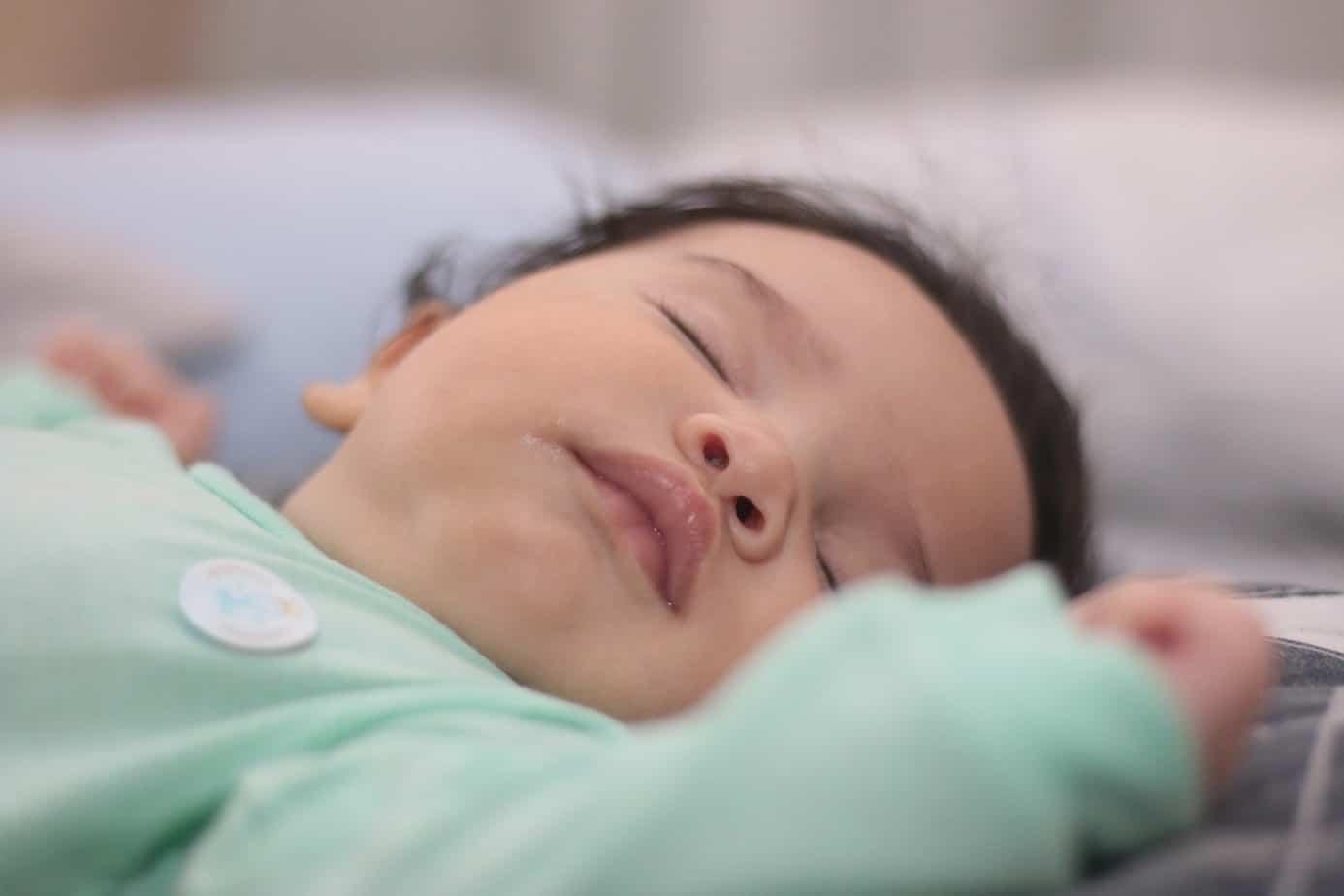 Votre bébé de 4 mois se retourne dans son sommeil : que faire ? remede insomnie